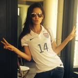 Model Lily Aldridge posiert in einem USA-Trikot.