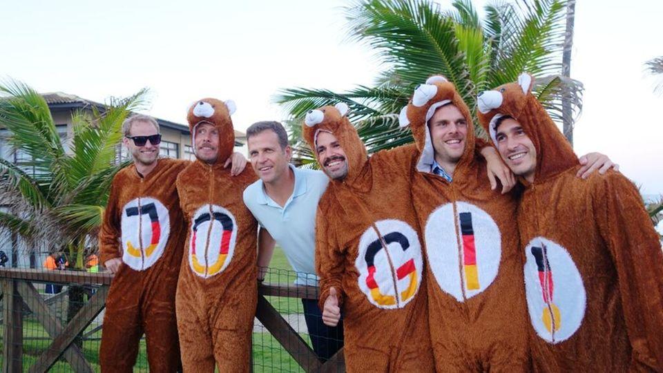 """Bundestrainer und Manager mal anders: Oliver Bierhoff posiert für ein Foto mit """"Jogi-Bären""""."""