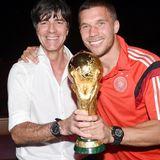 Merte, Klose und Lahm: Glücklich lachen Jogi Löw und Lukas Podolski mit der Trophäe in die Kamera.