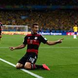 Miroslav Klose legt in der 23. Minute nach und bricht damit den Rekord mit den meisten WM-Toren.