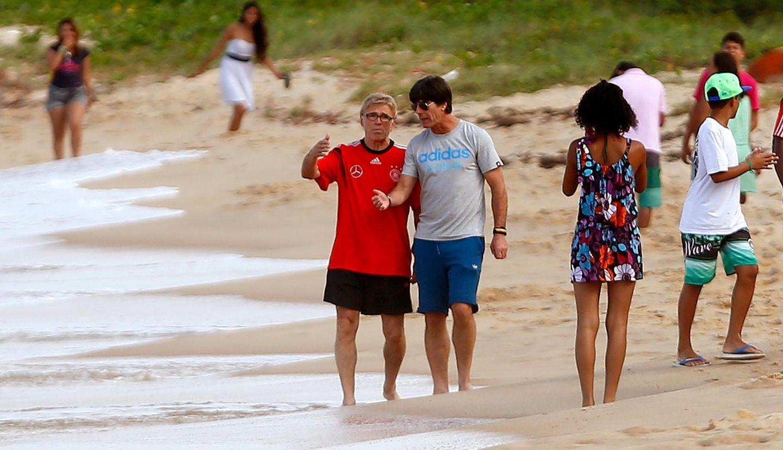 Jogi Löw bespricht die finale Taktik beim Strandspaziergang mit Chefanalyst Urs Siegenthaler.
