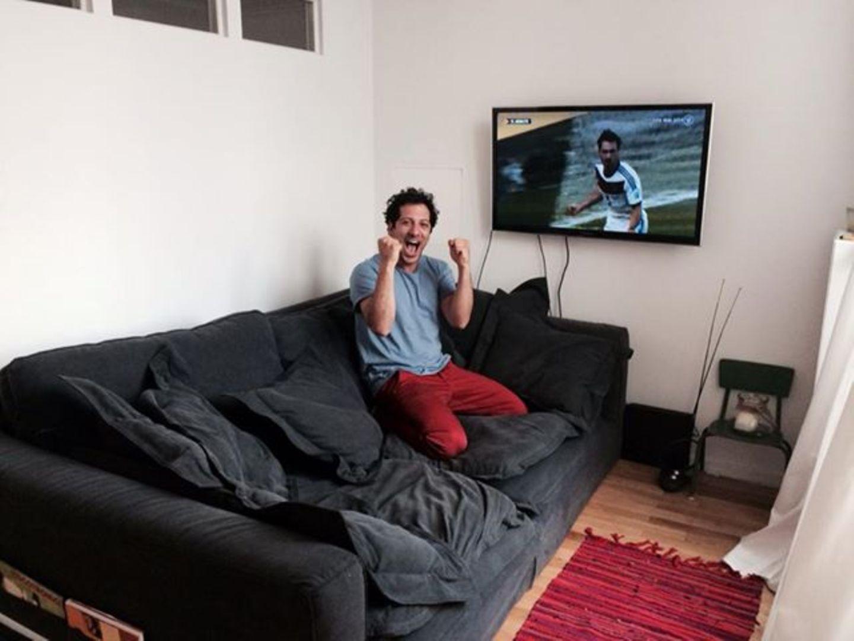"""Schauspieler Fahri Yardim schickt dem DFB-Team Glückwünsche von seinem """"WM-Glücks-Sofa""""."""