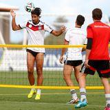 Beim Training steht auch Fußballtennis an.
