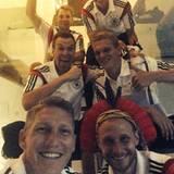 """""""Jungs, es war mir eine Ehre"""", schreibt Bastian Schweinsteiger zu dem Gruppen-Selfie und bedankt sich """"für eine tolle Zeit ohne Eskapaden""""."""