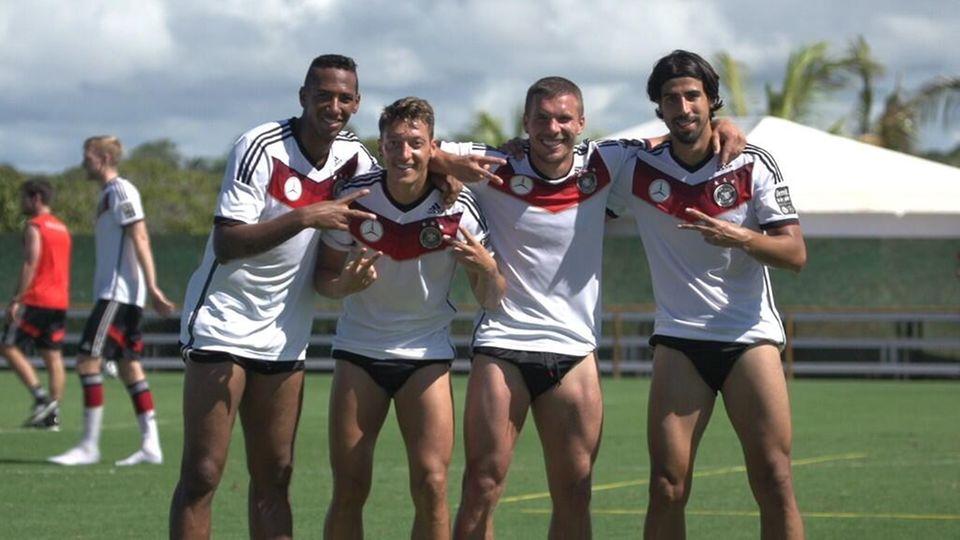 Lukas Podolski teilt diesen sexy Schnappschuss nach dem Training von sich, Jerome Boateng, Mesut Özil und Sami Khedira.