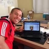 Lukas Podolski steht den Fans auf Facebook Rede und Antwort.