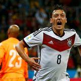 Mesut Özil schießt in der 119. Minute das 2:0.