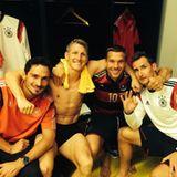 Lukas Podolski twittert direkt nach dem unfassbaren Sieg aus der Kabine.