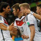 Khedira, Müller und Özil gratulieren Schürrle zu seinem Tor.