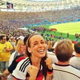 Annemarie Carpendale guckt sich das Spiel gegen Frankreich live im Stadion an.
