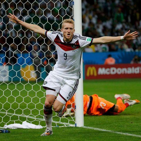 Mit seinem Hackentor zum 1:0 erlöst André Schürrle das deutsche Team - allerdings erst in der Verlängerung.
