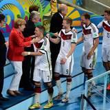 Merte, Klose und Lahm: Bundeskanzlerin und DFB-Elf-Fan Angela Merkel gratuliert jedem einzelen Spieler.