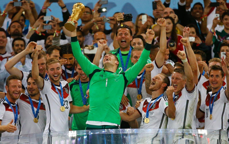 Merte, Klose und Lahm: Manuel Neuer reißt die Trophäe in die Höhe.