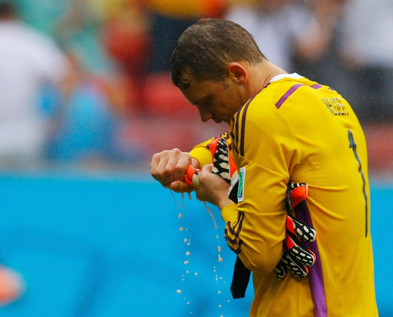 Manuel Neuer hat nicht viel zu tun. Am Ende des Spiels ist er trotzdem klatschnass.