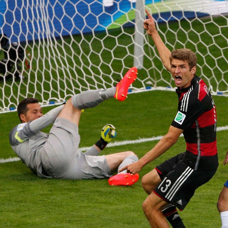 In der 11. Minute schießt Thomas Müller das erste Tor für Deutschland.
