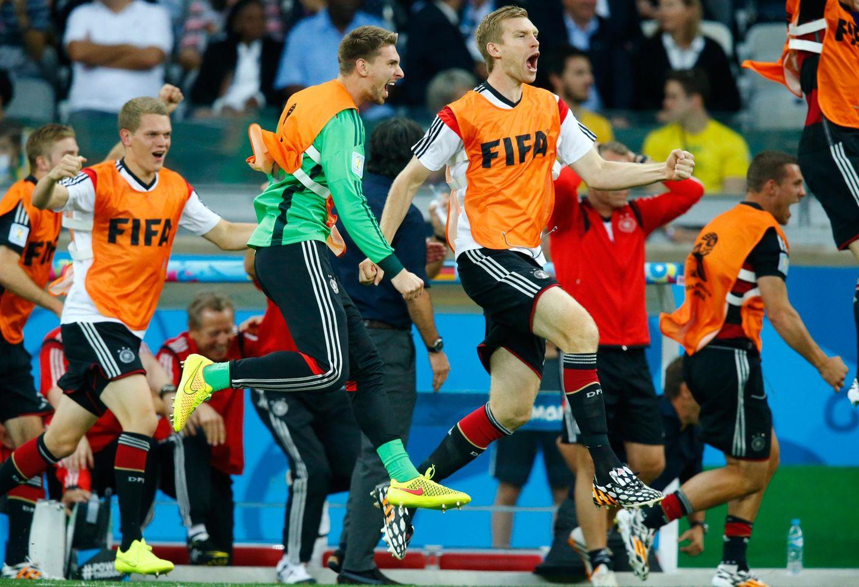 Die deutschen Ersatzspieler hält es bei diesem Torregen nicht mehr auf der Bank.