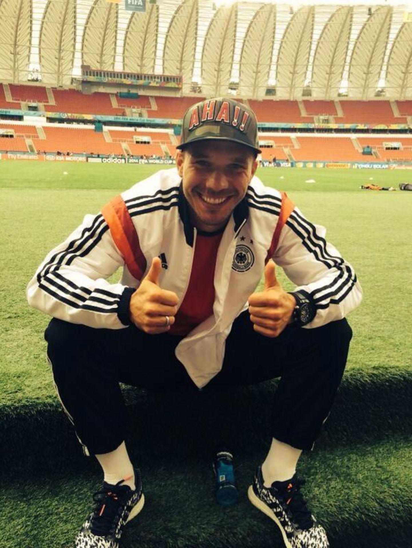 Auch verletzt und vom Spielfeldrand aus freut sich Lukas Podolski auf das Spiel gegen Algerien.