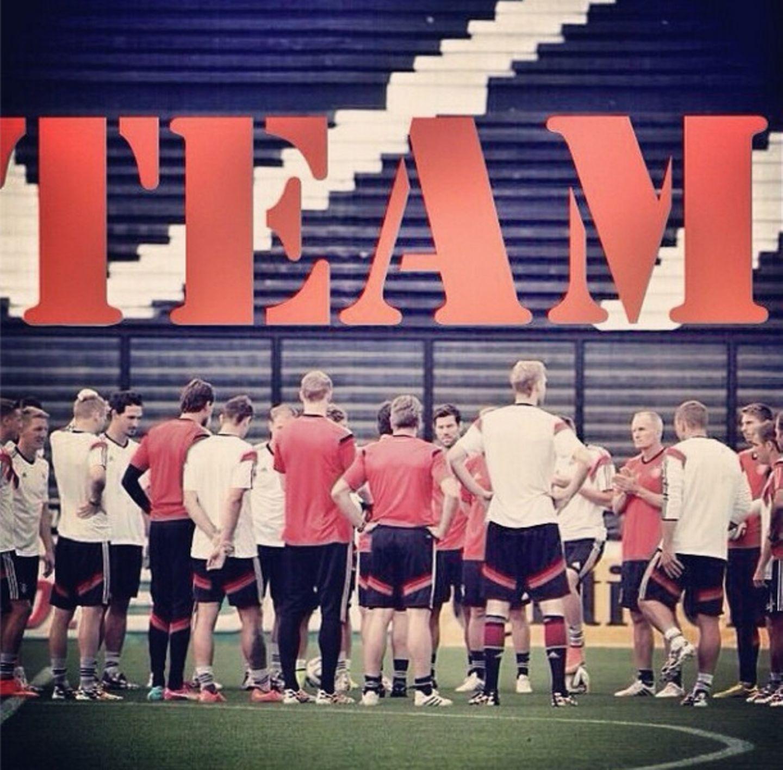 """""""One team. One dream"""", schreibt Poldi am Tag vor dem Finale."""