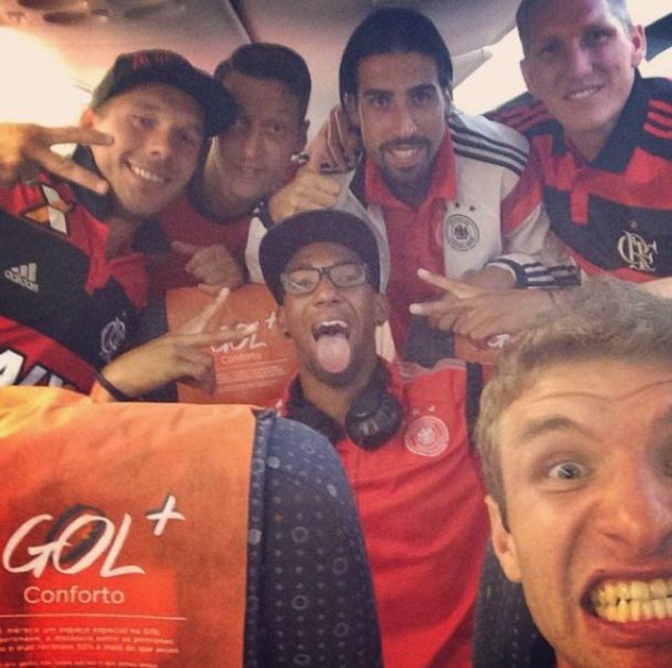 Euphorisiert nach dem Sieg im Viertelfinale gegen Frankreich geht's für Lukas Podolski, Mesut Özil, Jerome Boateng, Sami Khedira, Thomas Müller und Bastian Schweinsteiger zurück ins Campo Bahia.