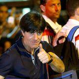 Thumbs up von Jogi Löw: Das deutsche Team macht sich auf den Weg zum Finale nach Rio.