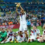 Merte, Klose und Lahm: Thomas Müller mit dem Pokal der Pokale