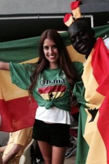 Was ist denn da los? Wegen einer verlorenen Wette trägt Cathy Fischer auf der Tribüne ein Ghana-Trikot. Prince Boateng, Vater von Jérôme und Kevin-Prince drückt beiden Mannschaften die Daumen.
