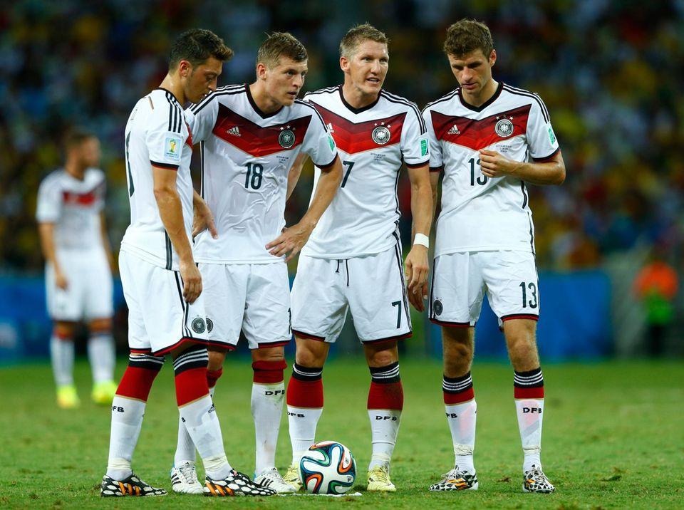 Mesut Özil, Toni Kroos, Bastian Schweinsteiger und Thomas Müller diskutieren über ihren Freistoß.
