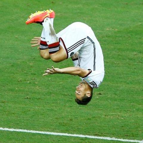 Klose feiert sein Tor in gewohnter Manier mit einem Salto.