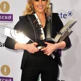 Helenes eleganter, schwarzer Anzug wird von ihren vielen Echo-Awards fast verdeckt.