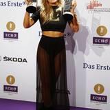 Futuristisch und subtil sexy ist Helene Fischers Look bei der Echo-Verleihung 2014. Der schwarze Maxirock gibt den Blick auf ihre durchtrainierten Beine frei, das Crop-Top betont ihren flachen Bauch und überdimensionale Schmuckstücke verpassen dem Look die nötige Portion Glamour.