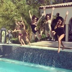 Die Kardashians kühlen sich an einem heißen Tag mit einem Sprung in den Pool ab - samt Sonnenbrille.