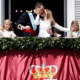 Danach folgen die beiden Mädchen. Die Königin drückt ihrem König stolz einen Kuss auf.