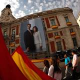 Die Straßen Madrids sind mit Bildern des neuen Königspaares geschmückt.