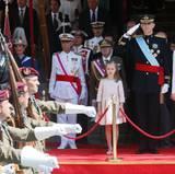 König Felipe grüsst zur Militärparade.