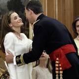 Ein Küsschen für die neue Königin: Felipe herzt Letizia.