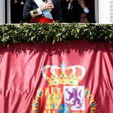 König Felipe tritt auf den Balkon des Königspalastes in Madrid.