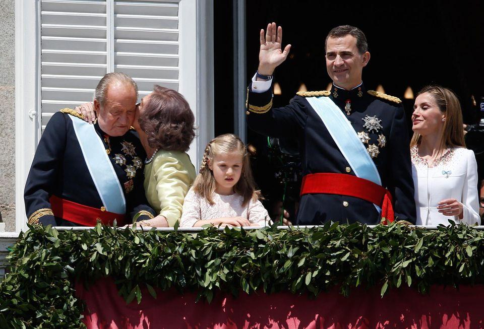 Königin Sofia lässt ihren Gefühlen freien Lauf und küsst Juan Carlos.