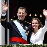 Königin Letizia folgt ihm.