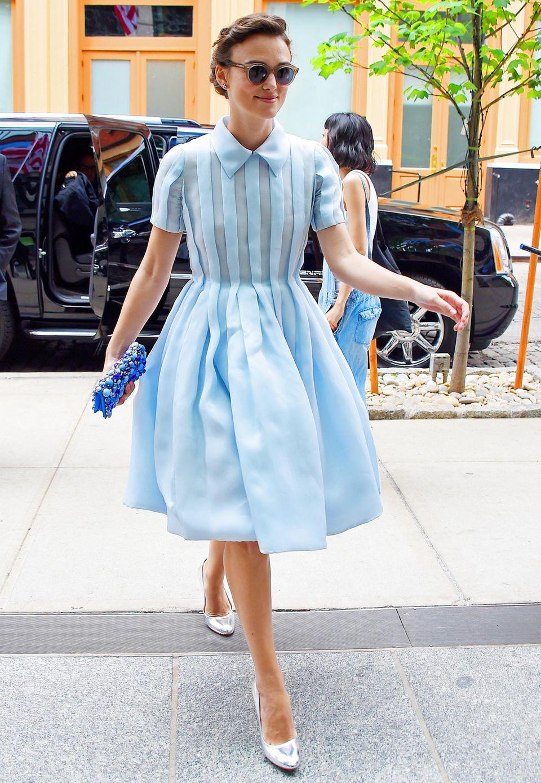 Zurück in die 30er Jahre: Keira Knightley trägt zum hellblauen Kleid silberfarbene Pumps.