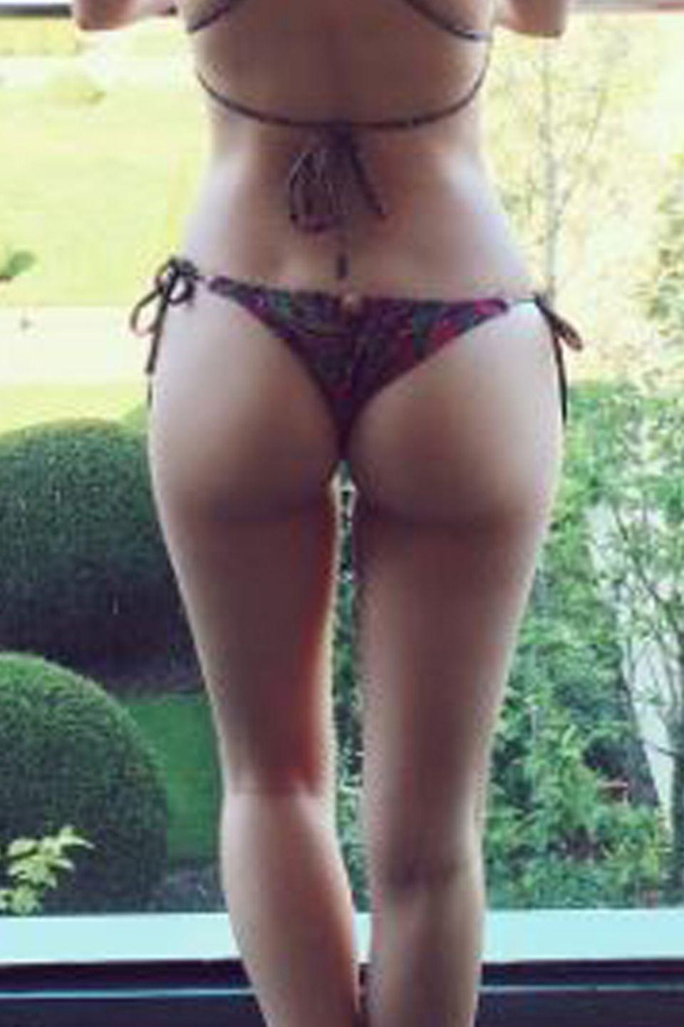 Lottie Moss, die kleine Schwester von Topmodel Kate Moss, zeigt uns hier ihre knackige Rückseite - und kann es sich bei diesem Modelkörper auch erlauben