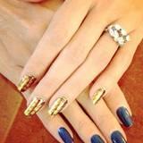 """Begeistert von ihrem Do-it-yourself-Ergebnis der Nagelbearbeitung postet Heidi Klum auf Instagram. """"I did it! EASY! before & after"""" (auf Deutsch: Ich hab's getan! Einfach! Vorher & nachher). Der blaue, schon etwas abgestoßene Lack weicht einer changierenden Goldnagelfolie."""