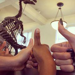 """Nur die Dinos im """"Natural History Museum"""" in New York hatten noch schärfere Krallen als Heidi Klum, die hier mit ihren Kindern ein """"Daumen hoch"""" für die coole Präsentation postet."""