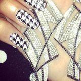 Fifties-Nägel in Schwarz-Weiß und dazu strahlende Bling-Bling-Art in der Hand: Heidi Klum als Nagel-Queen!