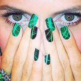 Einfach magisch sind Heidi Klums grüne Pop-Art-Nägel, die sie dramatisch inszeniert.