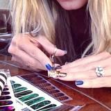"""Heidi beim Basteln mit Nagelfolie: """"Time for a change in color"""" (auf Deutsch: Zeit für eine neue Farbe)."""