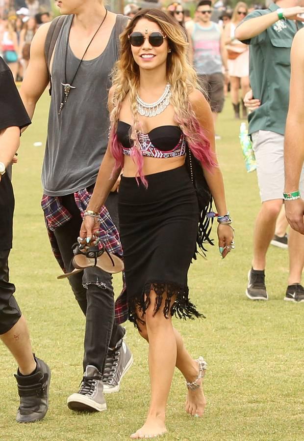Bustier-Top im Ethno-Look kombiniert mit fransigem Bleistiftrock: Vanessa Hudgens trägt beim Coachella-Festival einen interessanten Hippie-Look zur Schau.