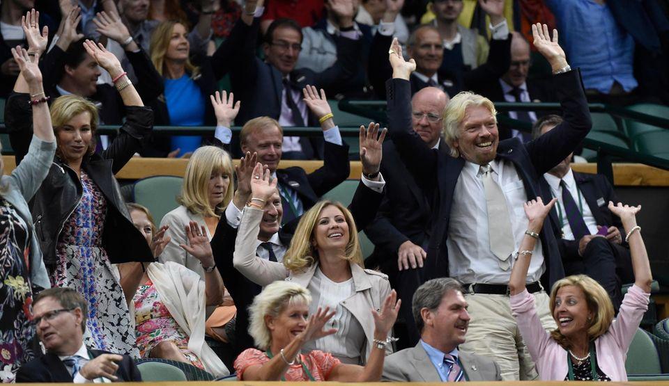 Der Unternehmer Richard Branson fiebert von der Tribüne aus mit.
