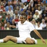 Roger Federer legt eine astreine Landung auf dem Allerwertesten hin.