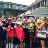 Maria Sharapova gibt wartenden Fans Autogramme.