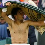 Rafael Nadal trocknet sich in einer Pause mit seinem Handtuch.